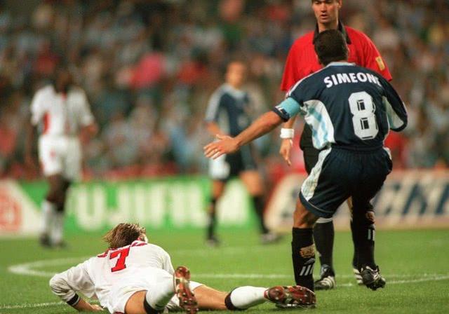 Recordemos la caída del siglo de y Beckham en la Copa del Mundo de 1998 en Francia.