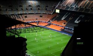 Valencia informa que 'alrededor del 35%' de los jugadores y el personal de la trastienda tienen coronavirus